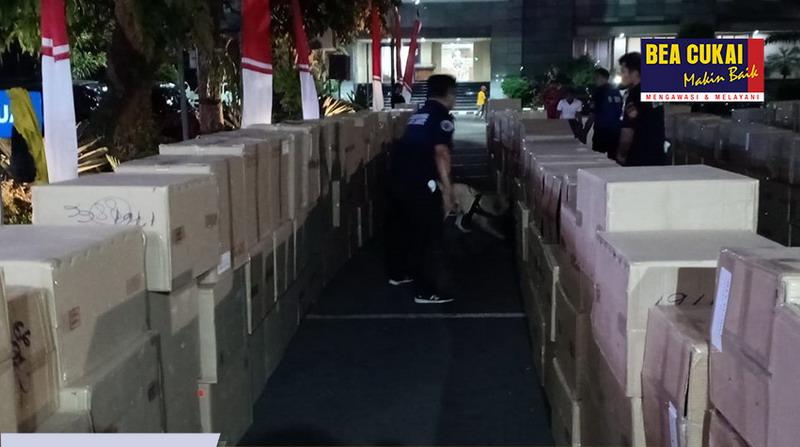 https: img-k.okeinfo.net content 2019 08 20 1 2094262 sinergi-bea-cukai-dan-polisi-gagalkan-penyelundupan-8-truk-barang-ilegal-RWJNxsBHAi.jpg
