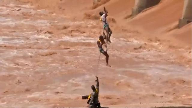 https: img-k.okeinfo.net content 2019 08 20 18 2094424 momen-dramatis-prajurit-india-selamatkan-dua-pemancing-terjebak-luapan-sungai-L7Bd9LQ1fz.jpg