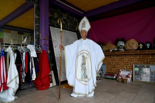 https: img-k.okeinfo.net content 2019 08 20 18 2094519 julia-klug-aktivis-nyentrik-asal-meksiko-pakai-kostum-pastur-hingga-donald-trump-qqLJc0Iibh.jpg