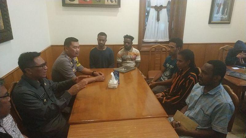 https: img-k.okeinfo.net content 2019 08 20 519 2094257 bertemu-wakil-wali-kota-malang-mahasiswa-papua-kami-nyaman-dan-aman-di-sini-LMqO7g8DzR.jpg