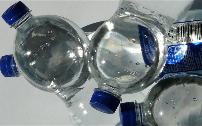 https: img-k.okeinfo.net content 2019 08 24 481 2096046 waspada-ini-4-bahaya-minum-air-dari-botol-plastik-berulang-kali-BNLGVKHY5v.jpg