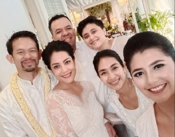 https: img-k.okeinfo.net content 2019 08 25 194 2096459 resmi-menikah-intip-cantiknya-lulu-tobing-dengan-kebaya-bernuansa-putih-iJf6ZbN0c9.jpg