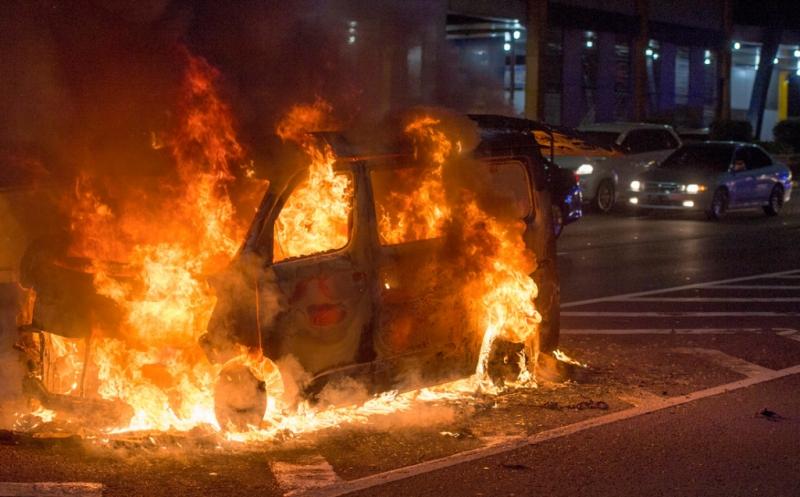 https: img-k.okeinfo.net content 2019 08 25 338 2096274 mobil-sedang-terbakar-di-cawang-BXGmDkQaEf.jpg