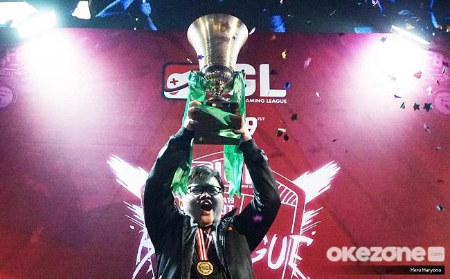https: img-k.okeinfo.net content 2019 08 26 326 2096907 taklukkan-belasan-pemain-rrq-eggsy-juarai-fifa-19-fut-indonesia-gaming-league-KYbGM9PA1G.jpeg