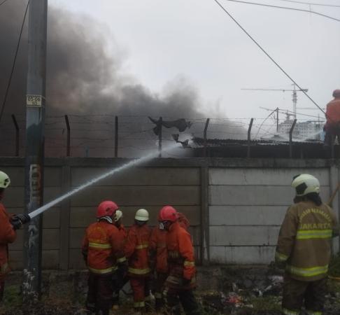 https: img-k.okeinfo.net content 2019 08 28 338 2097772 16-unit-damkar-padamkan-kebakaran-di-permukiman-dekat-stasiun-rawa-buaya-nRSfibWlNz.jpg