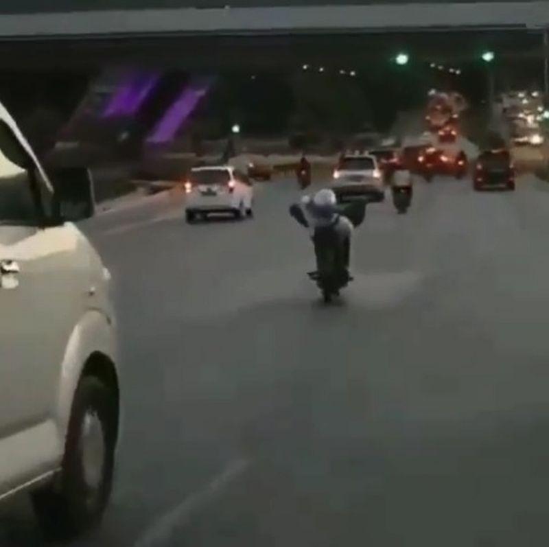 https: img-k.okeinfo.net content 2019 08 28 53 2097839 viral-pria-ini-kendarai-motor-di-jalan-raya-sambil-tiduran-Vs28k80IJV.jpg