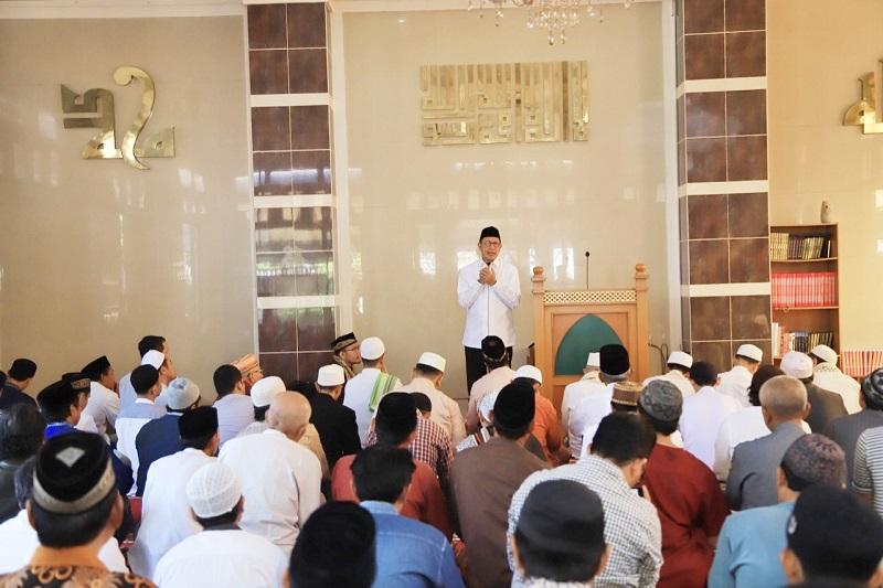 https: img-k.okeinfo.net content 2019 08 30 614 2098786 viral-foto-kebaktian-di-depan-masjid-menag-sungguh-menyejukkan-2qIqrgLrcV.jpg