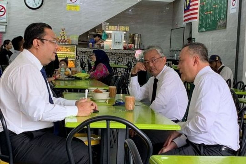 https: img-k.okeinfo.net content 2019 09 04 18 2100593 tampil-sederhana-raja-malaysia-terlihat-bersantap-di-restoran-nasi-lemak-Dh1Uj813Te.jpg