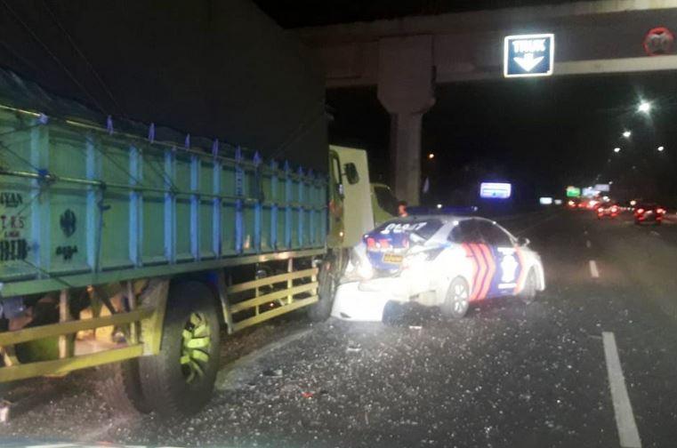 https: img-k.okeinfo.net content 2019 09 04 338 2100399 truk-tabrak-mobil-patroli-di-tol-ciledug-seorang-polisi-tewas-RZNEjh0yNM.JPG