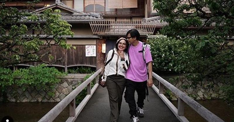 https: img-k.okeinfo.net content 2019 09 05 33 2101038 25-tahun-menikah-armand-maulana-masih-romantis-pada-dewi-gita-o7AZefxD8B.jpg