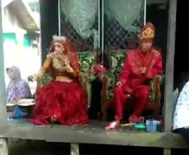 https: img-k.okeinfo.net content 2019 09 05 612 2101231 viral-video-pengantin-perempuan-lebih-garang-daripada-lakinya-KkZgwpbIIS.jpg