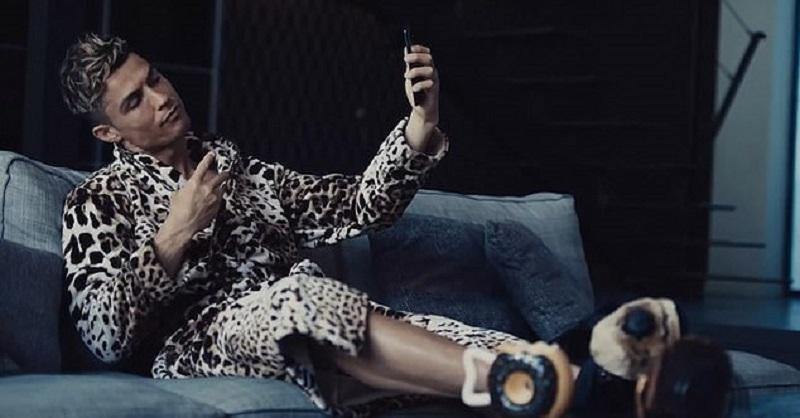 https: img-k.okeinfo.net content 2019 09 07 194 2101743 seksinya-cristiano-ronaldo-pakai-jubah-motif-leopard-eJgkhVWZoT.jpg