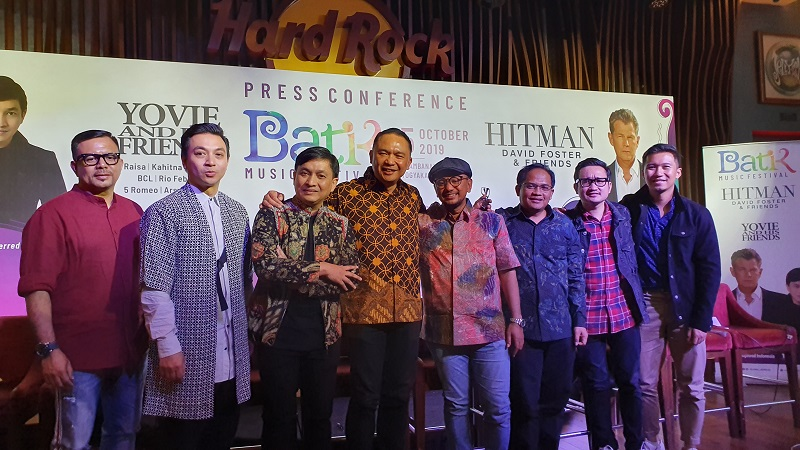 https: img-k.okeinfo.net content 2019 09 08 205 2102238 david-foster-vs-yovie-widianto-di-batik-music-festival-2019-6cy1n4fLBz.jpg