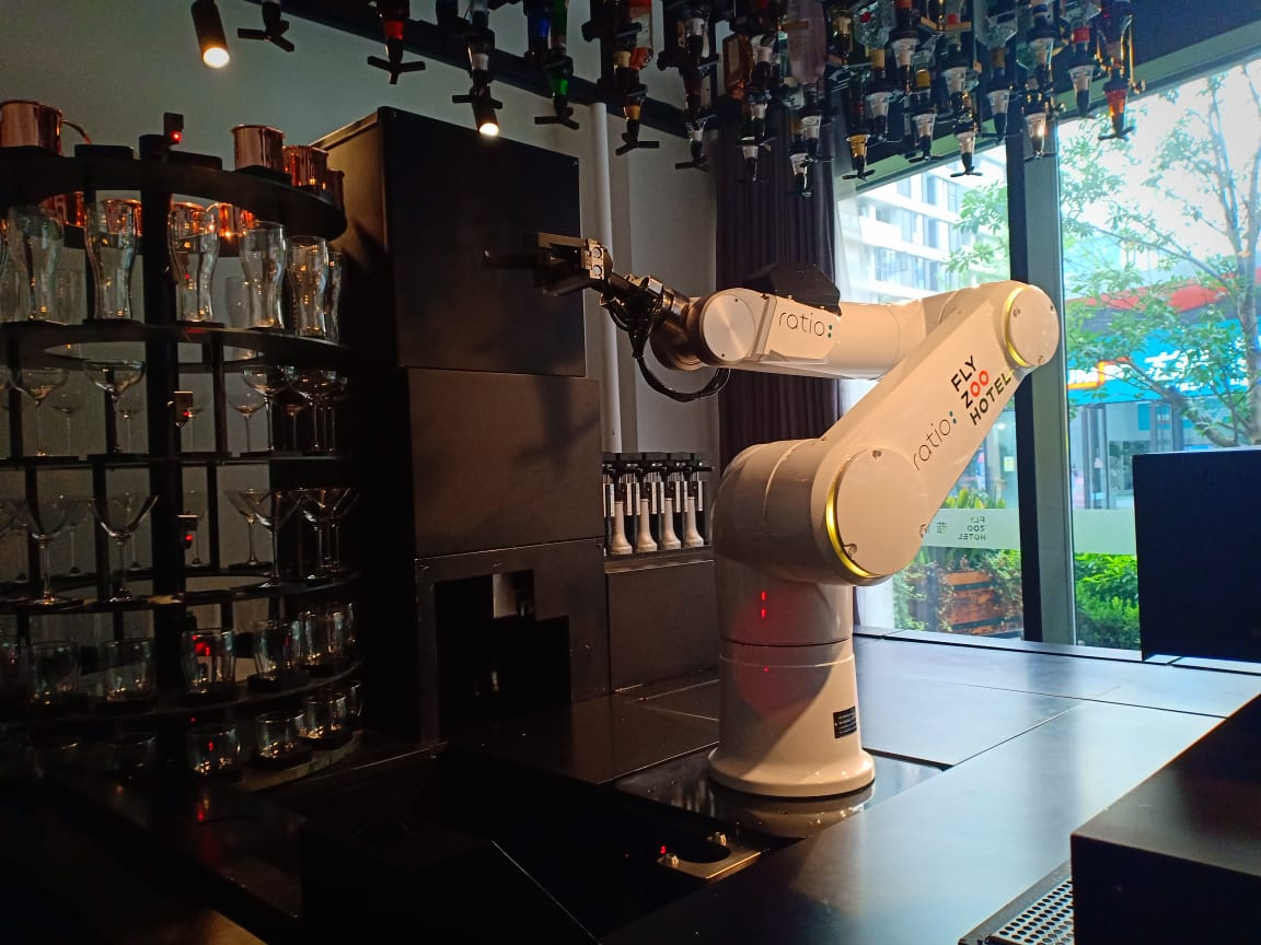 https: img-k.okeinfo.net content 2019 09 11 320 2103288 menyeruput-kopi-buatan-robot-aksinya-tak-kalah-jago-dari-barista-blDpWEbfEL.jpg