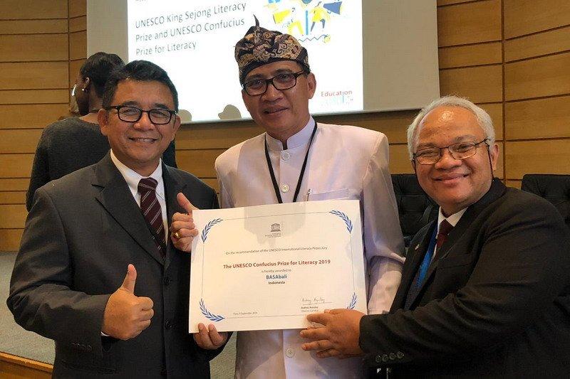 https: img-k.okeinfo.net content 2019 09 11 65 2103344 lewat-aplikasi-basabali-indonesia-terima-penghargaan-literasi-dunia-dari-unesco-CMwkhbIbHt.jpg