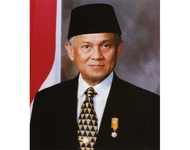 https: img-k.okeinfo.net content 2019 09 12 18 2103947 presiden-singapura-bj-habibie-gigih-meningkatkan-kehidupan-rakyat-indonesia-LQIpVRdUGb.jpg