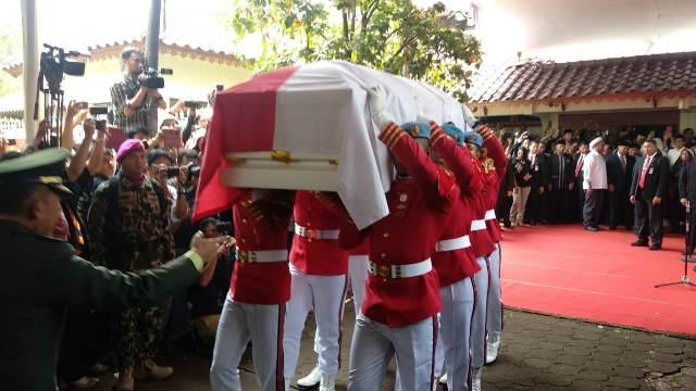 https: img-k.okeinfo.net content 2019 09 12 337 2103952 jenazah-bj-habibie-tiba-di-tmp-kalibata-upacara-pemakaman-dimulai-I3INixHI5f.jpg