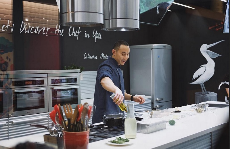 https: img-k.okeinfo.net content 2019 09 13 298 2104607 pergi-ke-luar-negeri-chef-yuda-bastara-sering-bekal-bahan-masakan-sendiri-1VIvI9nqWs.jpg