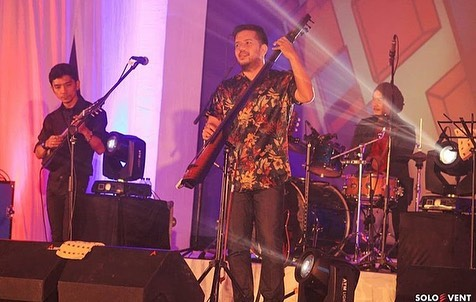 https: img-k.okeinfo.net content 2019 09 15 205 2105044 manggung-di-balkon-jazz-festival-payung-teduh-ajak-penonton-jajan-AaCnhr7n9f.jpg