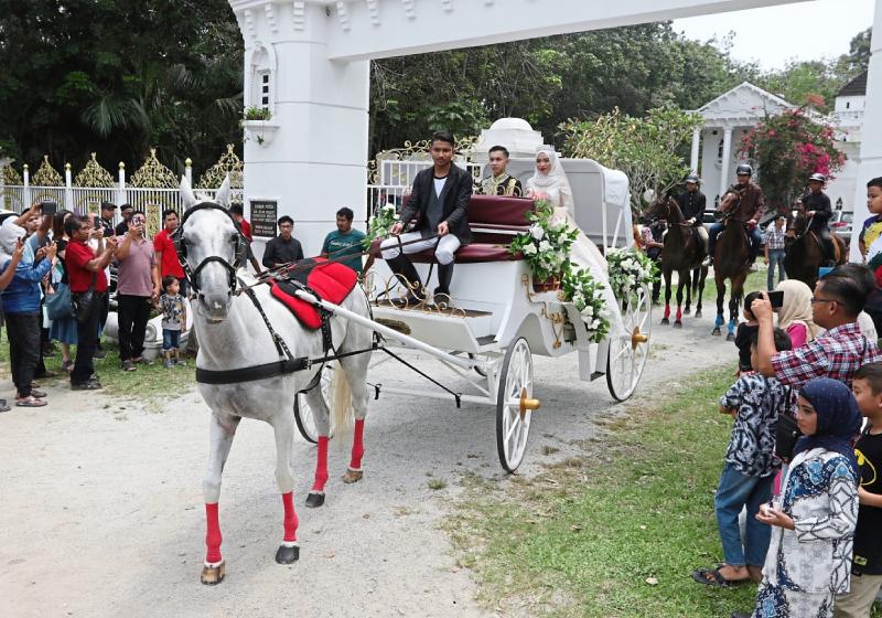 https: img-k.okeinfo.net content 2019 09 16 194 2105485 intip-pernikahan-ala-princess-warga-malaysia-bak-di-negeri-dongeng-Ji298QQBXW.jpg