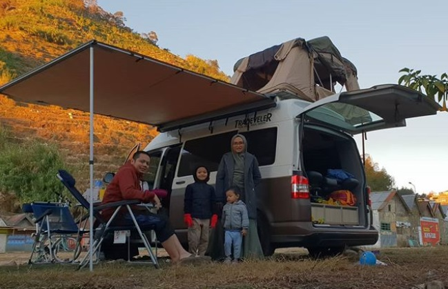 https: img-k.okeinfo.net content 2019 09 16 406 2105639 kisah-donny-kris-traveling-keliling-indonesia-bersama-keluarga-dengan-campervan-YpVhJenHxh.jpg