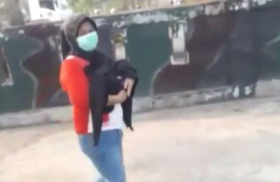https: img-k.okeinfo.net content 2019 09 18 337 2106245 viral-polisi-tolong-seorang-ibu-yang-jalan-kaki-gendong-jenazah-bayinya-CcQwDkN3OV.JPG
