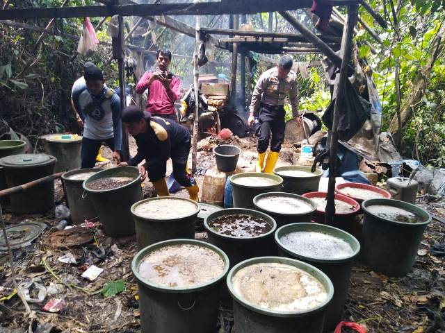https: img-k.okeinfo.net content 2019 09 18 340 2106589 polisi-grebek-pembuatan-miras-ilegal-di-tengah-hutan-papua-5GbsyIWYlJ.jpg