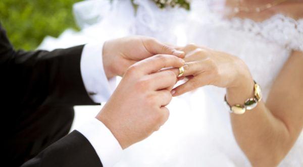 https: img-k.okeinfo.net content 2019 09 22 612 2107996 cerita-yanti-putusin-pacar-untuk-nikah-siri-dengan-atasan-demi-mobil-dan-uang-V32WK4BTrE.jpg