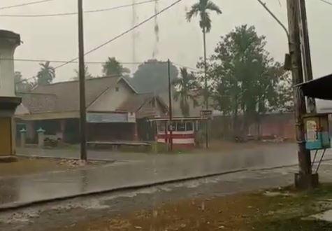 https: img-k.okeinfo.net content 2019 09 23 337 2108445 jambi-akhirnya-diguyur-hujan-setelah-dikepung-kabut-asap-FmU9UvL11H.JPG