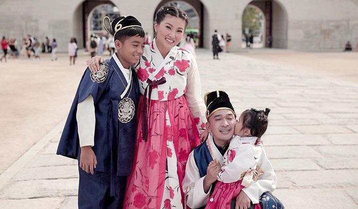 https: img-k.okeinfo.net content 2019 09 29 406 2110714 4-potret-keseruan-keluarga-ruben-onsu-liburan-di-korea-EwqYEwH8rf.jpg