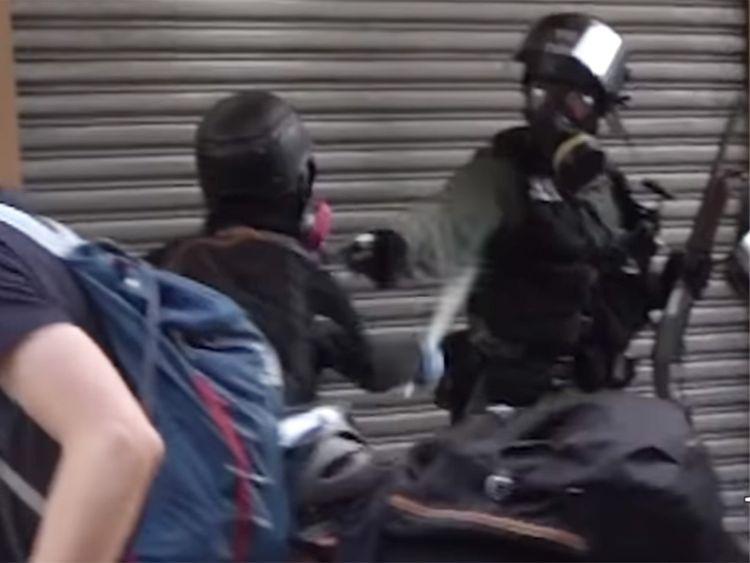 https: img-k.okeinfo.net content 2019 10 02 18 2111805 momen-demonstran-hong-kong-ditembak-polisi-dari-jarak-dekat-terekam-kamera-kKUzOcrWGH.jpg
