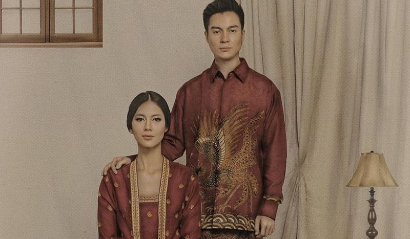 https: img-k.okeinfo.net content 2019 10 03 194 2112242 gaya-baim-wong-dan-paula-verhoeven-kompak-kenakan-sarung-motif-batik-aPEiCfbAqC.jpg