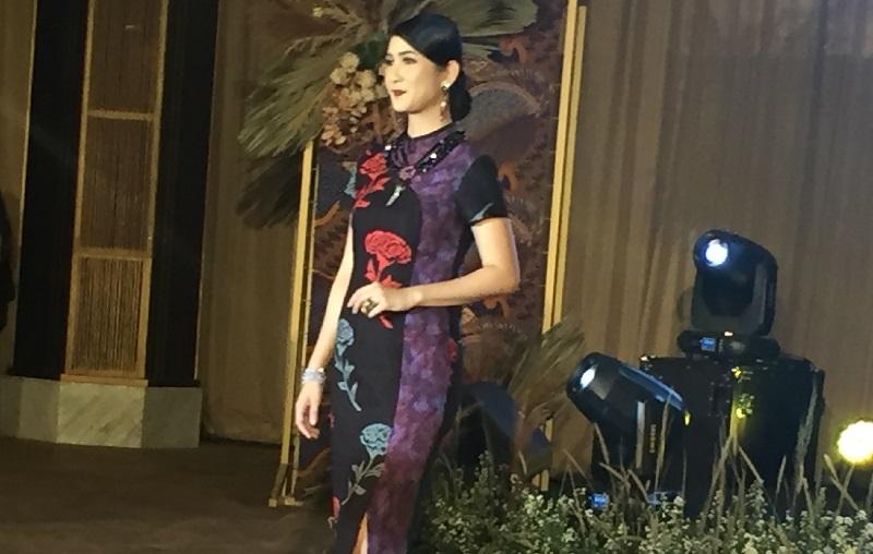 https: img-k.okeinfo.net content 2019 10 03 194 2112436 aksi-para-pramugari-berlenggak-lenggok-di-batik-fashion-show-h86vDaX9Mi.jpg