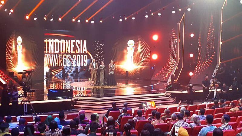 https: img-k.okeinfo.net content 2019 10 03 337 2112587 indonesia-awards-2019-berikan-30-penghargaan-untuk-insan-terbaik-7QYUW4ock2.jpg