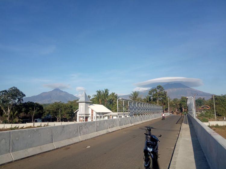 https: img-k.okeinfo.net content 2019 10 03 406 2112448 heboh-awan-bentuk-caping-di-gunung-merbabu-fenomena-apa-ini-HqszdHT6oe.jpg