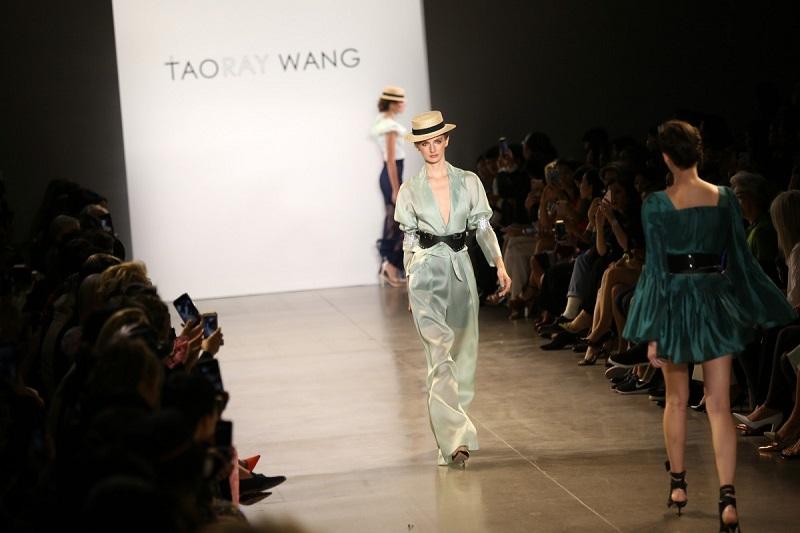 https: img-k.okeinfo.net content 2019 10 05 194 2113319 tampil-di-new-york-fashion-week-fashion-china-jadi-trendsetter-mode-dunia-Fz2ayoHNeu.jpg