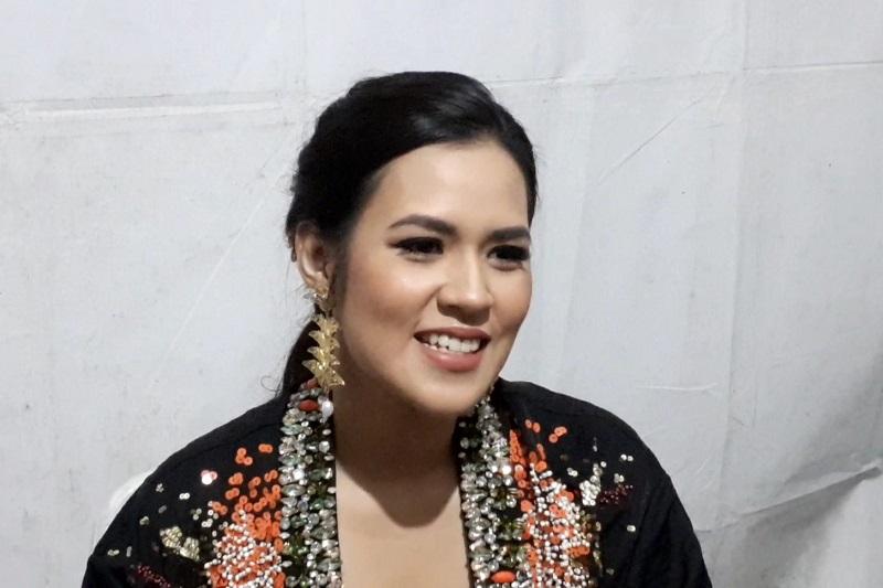 https: img-k.okeinfo.net content 2019 10 05 205 2113357 bahagianya-raisa-manggung-di-batik-music-festival-aZmrabsgSC.jpg