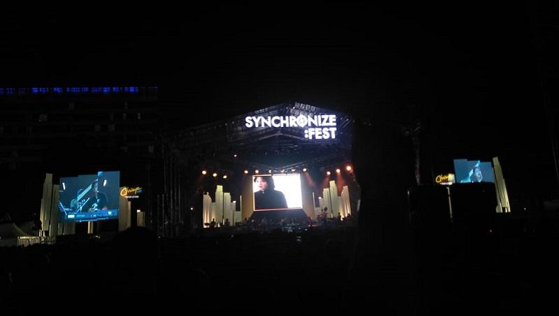 https: img-k.okeinfo.net content 2019 10 06 205 2113392 kehadiran-chrisye-di-panggung-synchronize-festival-2019-OiJ7IcAj0j.jpeg