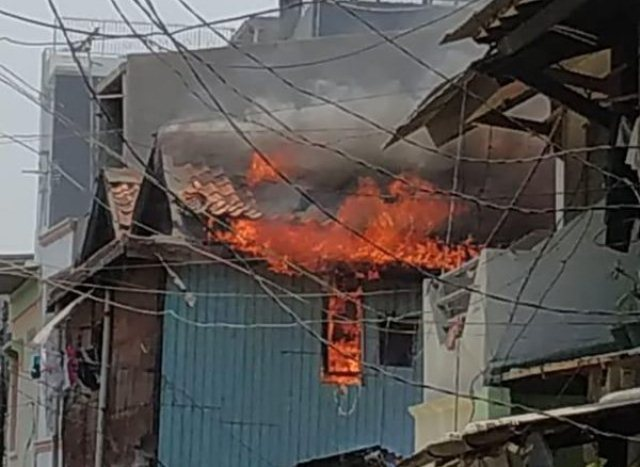 https: img-k.okeinfo.net content 2019 10 06 338 2113468 rumah-warga-di-taman-sari-jakbar-terbakar-18-unit-damkar-diterjunkan-7XUapVtZfh.jpg