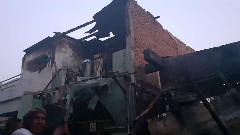 https: img-k.okeinfo.net content 2019 10 06 338 2113553 warga-tamansari-berhamburan-tatapi-puing-rumah-sisa-kebakaran-Nzt6D3c9z8.jpg
