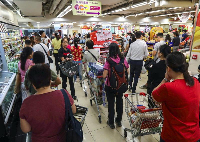 https: img-k.okeinfo.net content 2019 10 07 18 2113924 dampak-demonstrasi-rusuh-warga-hong-kong-borong-barang-supermarket-dan-antre-atm-rxsv9DWIqD.jpg