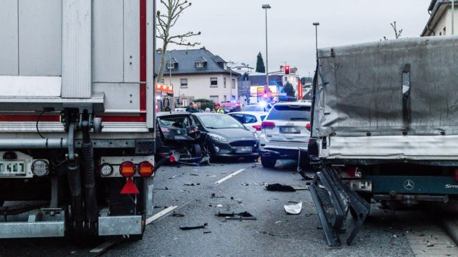 https: img-k.okeinfo.net content 2019 10 08 18 2114409 truk-yang-dibajak-tabrak-kumpulan-mobil-di-lampu-merah-lukai-8-orang-yXOBaM9vts.jpg