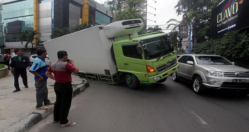 https: img-k.okeinfo.net content 2019 10 08 338 2114503 truk-terjebak-masuk-lubang-di-palmerah-saat-jakarta-hujan-deras-P6K6lcdAYV.jpg