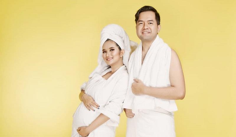 https: img-k.okeinfo.net content 2019 10 09 194 2114755 hamil-anak-kedua-lihat-seksinya-faby-marcelia-maternity-shoot-bareng-suami-soBXyCWdNz.jpg