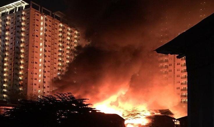 https: img-k.okeinfo.net content 2019 10 09 338 2114971 permukiman-penduduk-dekat-apartemen-signature-park-cawang-terbakar-ta5zi0uwzO.JPG