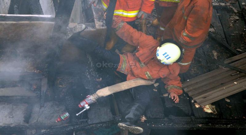 https: img-k.okeinfo.net content 2019 10 09 338 2114979 korban-kebakaran-di-cawang-patah-kaki-akibat-lompat-dari-atap-rumah-YztcO8BNxW.jpg