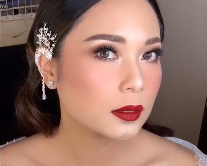 https: img-k.okeinfo.net content 2019 10 09 611 2114580 tampil-flawless-di-hari-pernikahan-makeup-ayla-dimitri-dipuji-netizen-B07YL9iXWx.jpg