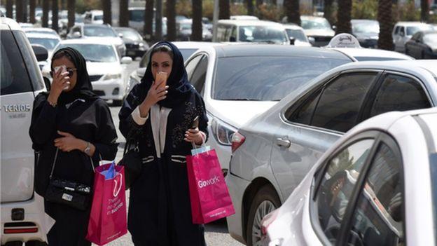 https: img-k.okeinfo.net content 2019 10 09 614 2114654 arab-saudi-melonggar-turis-muda-mudi-boleh-satu-kamar-abaya-tak-diwajibkan-2toQzUDxY9.jpg
