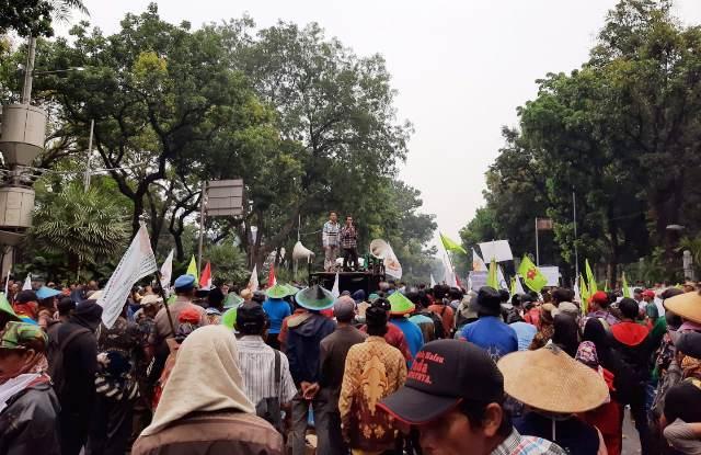 https: img-k.okeinfo.net content 2019 10 10 338 2115138 imbas-demo-petani-jalanan-menuju-istana-negara-ditutup-O3ugBGbWOy.jpg