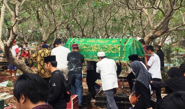 https: img-k.okeinfo.net content 2019 10 11 337 2115547 isak-tangis-iringi-pemakaman-akbar-alamsyah-korban-demo-di-dpr-s8VTTyBaPo.jpg